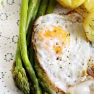 Szparagi z jajkiem sadzonym na szybki obiad