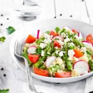 Sałatka z komosą ryżową, szparagami i fetą