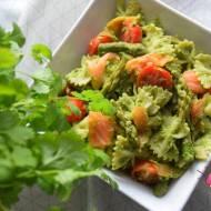 Sałatka ze szparagami, pesto z rukoli, wędzonym łososiem, pomidorkami i makaronem