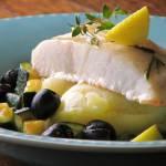 Pieczona ryba pod nazwą Red Snapper podana z puree z ziemniaków oraz cukinią i oliwkami