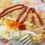 Naleśniki z jajkiem sadzonym, szynką i serem