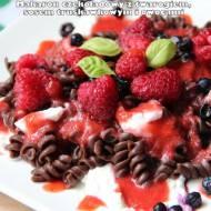 Makaron czekoladowy z twarogiem, sosem truskawkowym i owocami
