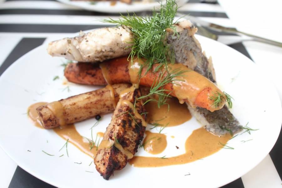 Miruna z korzennymi warzywami i sosem piernikowym