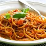 """Wegańskie spaghetti """"bolognese"""", czyli makaron z sosem pomidorowym z czerwoną soczewicą"""