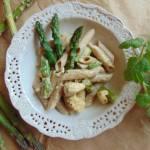 Pełnoziarnisty makaron w sosie śmietanowym  ze szparagami.