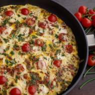 Rodzinny omlet z mozzarellą, pomidorkami i żółtym serem