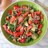 Sałata z rukolą, szparagami, awokado i truskawkami (Insalata di rucola, asparagi, avocado e fragole)