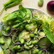 Zielona sałatka z quinoą, bobem i pokrzywowym dressingiem