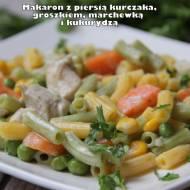 Makaron z piersią kurczaka, groszkiem, marchewką i kukurydzą