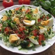 Sałatka z jajkiem i kiełkami rzodkiewki