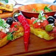 Tosty francuskie z salsą pomidorową, oliwkami i fetą