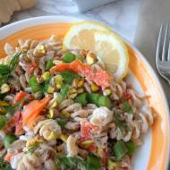 Makaron w kremowym sosie z ricotty z wędzonym łososiem, szparagami i pistacjami (Fusilli con salmone affumicato, asparagi, pista