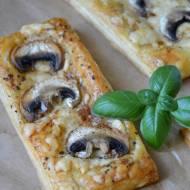 Przekąska z ciasta francuskiego i pieczarek – w 5 minut!