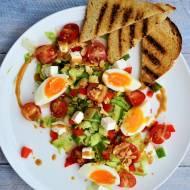 Sałatka z fetą, pomidorkami, płatkami migdałów, jajkiem i sosem z masła orzechowego