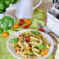 Błyskawiczny makaron z warzywami i cieciorką