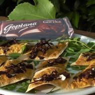 Kwiaty akacji w ciemnej czekoladzie