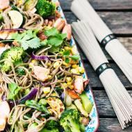 Makaron soba z łososiem  i warzywami