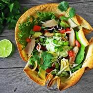 Meksykańska sałatka w miseczkach z tortilli