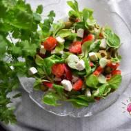 Sałatka z roszponką, papryką, serem feta, oliwkami i pomidorkami