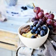 Komosanka z rabarbarem, borówką, winogronem i orzechami laskowymi