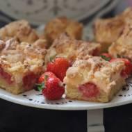 Kruche ciasto z truskawkami i pianką oraz kruszonką