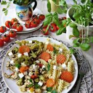 Aromatyczny kurczak w ziołach i cytrynie z bukietem warzyw i makaronem