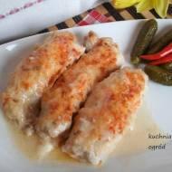 Roladki schabowe z szynką i serem zapiekane w sosie serowym.