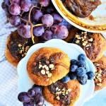 Pszenno - gryczane drożdżówki z karmelizowanym rabarbarem i orzechami laskowymi. Poniedziałki należy zacząć dobrze!