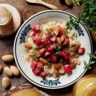 Quinoa z rabarbarem, miodem, tymiankiem i gorzkimi migdałami