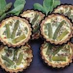 Orkiszowe mini tarty ze szpinakiem, szparagami i fetą