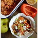 Pęczak z pieczonymi warzywami, serem pleśniowym i dymką