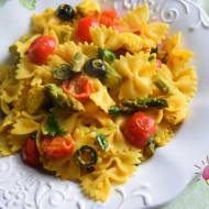 Makaron ze szparagami, kurczakiem, oliwkami, pomidorkami i kolendrą