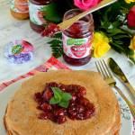 Naleśniki czekoladowo-twarogowe z dżemem wiśniowym z płatkami róży Łowicz