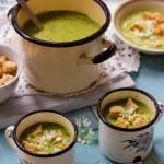 Prosta zupa z czosnku niedźwiedziego z grzankami czosnkowymi