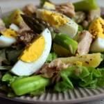 Sałatka z ziemniakami, szparagami, jajkami, sałatą i tuńczykiem