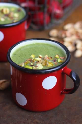 Zupa z zielonych warzyw z pistacjami