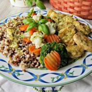 Filet z kurczaka w serowo szczypiorkowym sosie z warzywami i kaszą gryczaną