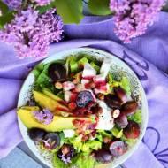 Sałatka z fetą, winogronem, awokado i orzechami laskowymi