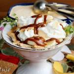 Deser banoffee z lodami (ciasteczka z bananem, lodami, bitą śmietaną i sosem toffi)