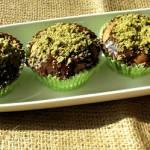Czekoladowe muffinki z zieloną posypką.