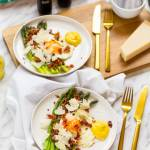 Szparagi z jajkiem sadzonym, chipsami z boczku i sosem holenderskim