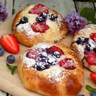 drożdżówki z serkiem i letnimi owocami