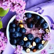Jaglanka wiśniowa z borówkami, winogronami i orzechami laskowymi