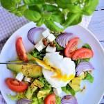 Prosta sałatka z awokado, jajkiem i orzechami laskowymi w dressingu miodowo - musztardowym
