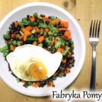 Soczewica z warzywami i sadzonym jajkiem
