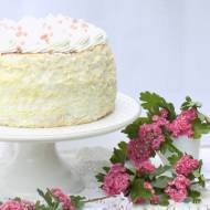 Tort biszkoptowy z powidłem i cytrynową pianką.