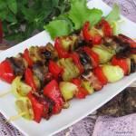 Szaszłyki z papryką, cebulą, ogórkiem, boczkiem i suszonymi śliwkami