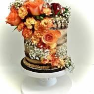 Tort z ukrytym piętrem i żywymi kwiatami