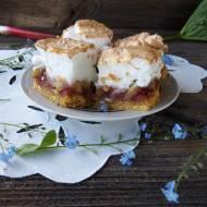 Ciasto kruche z rabarbarem, malinami i bezą