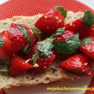 Bruschetta z truskawkami i miętą